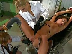 brunette getting her cunt gaped by two blonde milfs