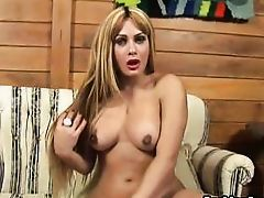 juicy lips shelady plays with herself